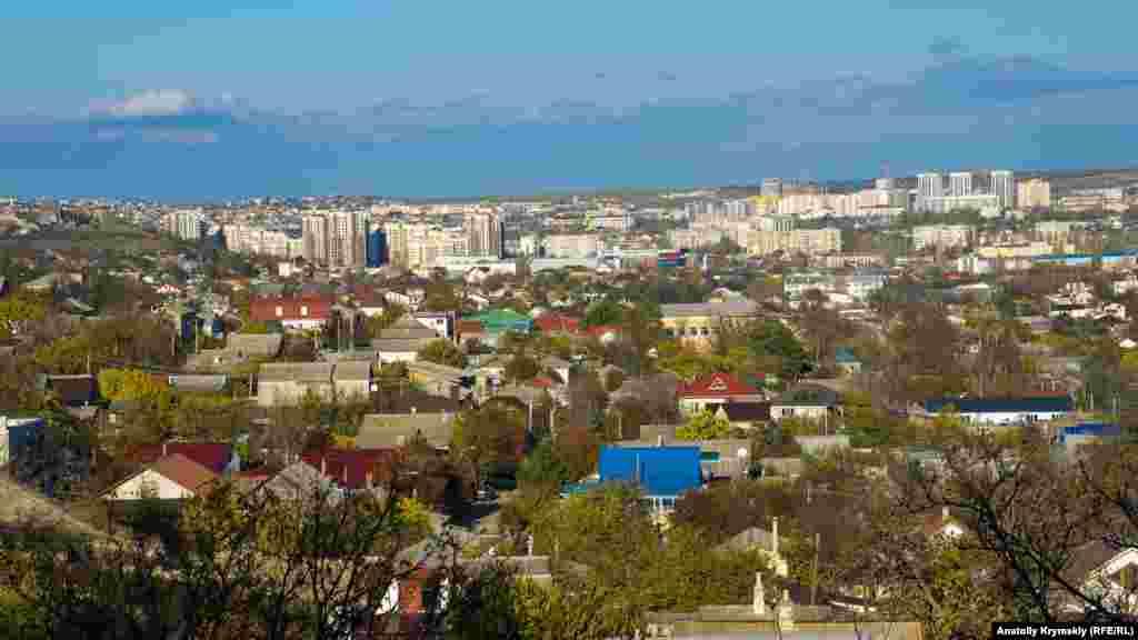 З «Жучки» добре видно споруджувані мікрорайони міста – Жигуліну рощу (зліва) і Кримську розу (праворуч)