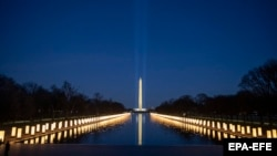 Национальный мемориал COVID-19 в Мемориале Линкольна в Вашингтоне, округ Колумбия, США, 19 января 2021 года.