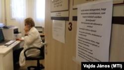 Bakos Ilona miskolci háziorvos telefonál 2020. március 24-én.