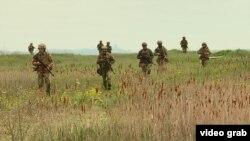Бійці 140 розвідувального батальйону морської піхоти під час тренування на узбережжі Чорного моря, 29 квітня 2021 року