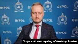 Былы начальнік аддзелу 3-га ўпраўленьня Галоўнага ўпраўленьня па барацьбе з арганізаванай злачыннасьцю і карупцыяй (ГУБАЗіК), а цяпер прадстаўнік ініцыятывы BYPOL Аляксандар Азараў.