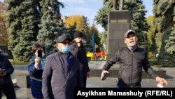 Мужчина выступает с речью на митинге, который правительство сочло несанкционированным. Алматы, 11 октября 2020 года.