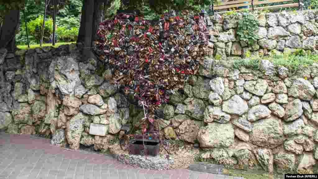 Так зване «Дерево закоханих» обвішане замками молодят