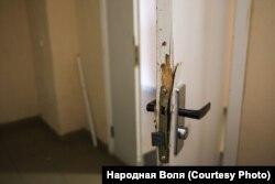 Ușa către coridorul pe care se află apartamentul Marinei Zolotova a fost spartă la percheziție