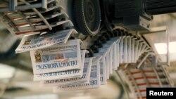 A Délmagyarország napilap példányai, amint legördülnek a szegedi nyomdasorról.