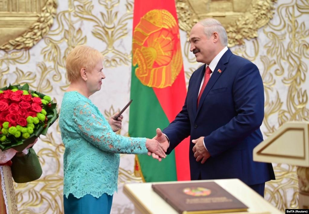 Голова Центрвиборчкому Лідія Єрмошина вітає Олександра Лукашенка