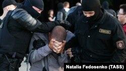 У Мінську й інших містах Білорусі день тривають протести. Силовики жорстоко придушують акції і затримують демонстрантів