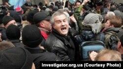 Сергей Аксенов (в центре) на митинге 26 февраля 2014 года в Симферополе