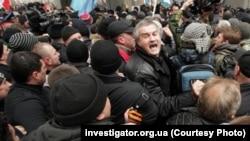 Мітинг 26 лютого 2014 року за будівлею уряду Криму в Сімферополі