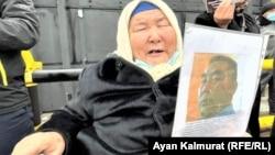 Саркытхан Кызырбайкызы требует, чтобы власти Китая вернули документы ее сыну и позволили ему покинуть страну. Алматы, 9 февраля 2021 года.