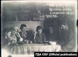 Сім'я Миколи Боканя, яка не вживала хліба протягом 300 днів, їсть злиденну їжу. Місце зберігання фото: ГДА СБ України, фонд 6, справа 75489-фк, том 2