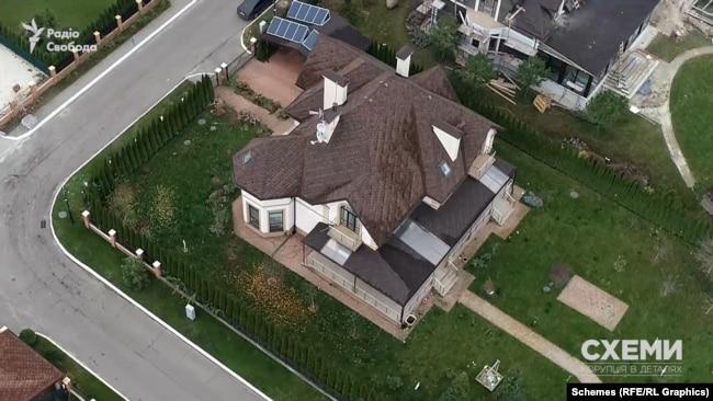 У нього там теж маєток