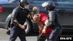 Բելառուս- ոստիկանները բերման են ենթարկում ակտիվիստին, 13-ը օգոստոսի, 2020թ.