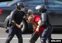 Білоруські міліціонери затримують протестувальника у Міньку 12 серпня 2020 року