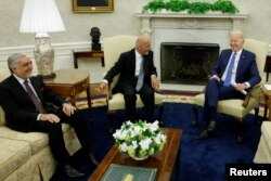 Президент США Джо Байден встречается с президентом Афганистана Ашрафом Гани и председателем Высшего совета Афганистана по национальному примирению Абдуллой Абдуллой в Белом доме в Вашингтоне, округ Колумбия, США, 25 июня 2021 года