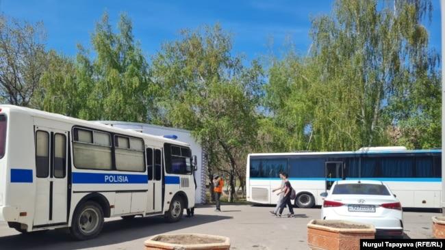 Автобус полиции рядом с парком в Нур-Султане. 7 мая 2021 года.
