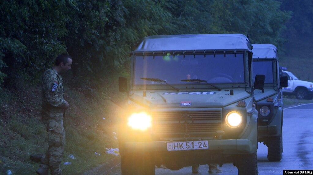 Automjete të pjesëtarëve hungarezë të KFOR-it, në Jarinjë. (27 shtator)
