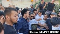 На встречу с Рашодом Камаловым после его выхода из тюрьмы и возвращения в родной Карасу пришли сотни человек, 28 августа 2021 года.