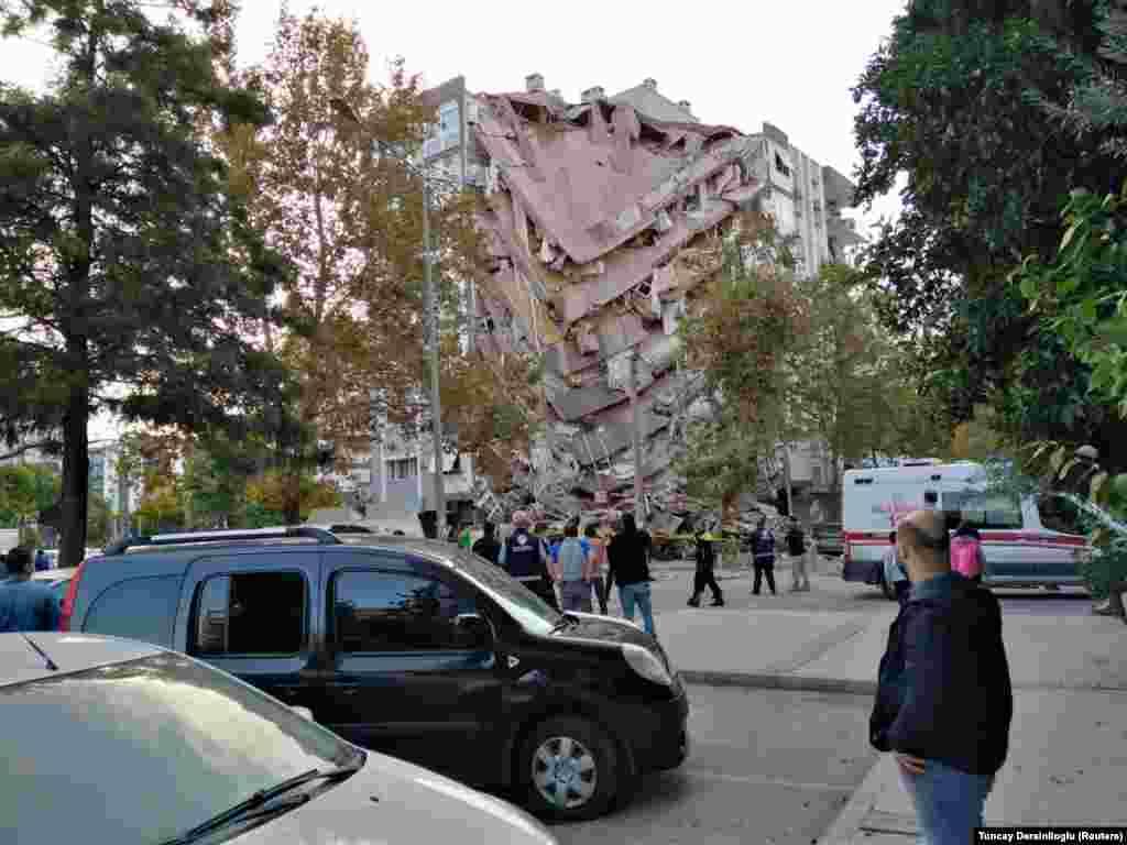 ТУРЦИЈА / ГРЦИЈА - Земјотрес со јачина од 6,6 степени денеска го погоди турскиот град Измир, при што беа урнати најмалку пет згради, но нема потврда за евентуални жртви. Според бирото за управување со катастрофи и вонредни состојби (АФАД), земјотресот се случил во 15 часот на длабочина од 16,5 километри во областа Сеферихисар. МИА јави дека земјотрес од 6,7 степени имало и на грчкиот остров Самот каде биле повредени 4 лица.