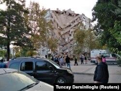 Один із частково зруйнованих будинків в Ізмірі, 30 жовтня 2020 року