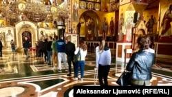 Vjernici u molitvenom mimohodu poklanjaju se mitropolitovom odru u Hramu Hristovog vaskrsenja, Podgorica.