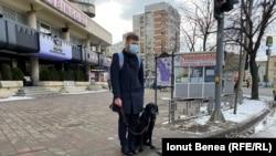 Silviu Roșu egyike azoknak a romániai vak polgároknak, akik vezető kutyát kaptak. A legtöbb, hasonló helyzetben lévő ember nem meri egyedül elhagyni a házát