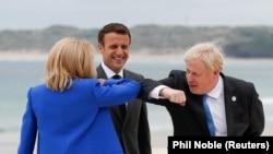 Boris Johnson cu Emmanuel și Brigitte Macron la summit-ul G7 din Cornwall, 11 iunie 2021.