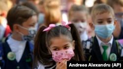 """Îmbolnăvirea profesorilor și a personalului auxiliar închide școlile """"administrativ""""."""