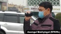 Туыстары Қытайда қалған адамдарды видеоға түсіріп тұрған белгісіз адам. Нұр-Сұлтан, 1 қазан 2020 жыл.