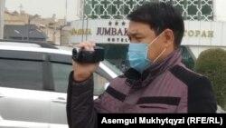 Прибывших в четверг к посольству Китая в Казахстане снимали на видео неизвестные в штатском и в масках. Нур-Султан, 1 октября 2020 года.