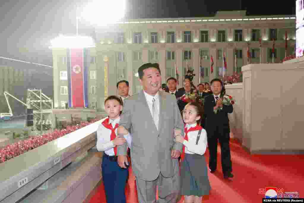 Kim Dzsongun gyerekek között vonult be megtekinteni a parádét
