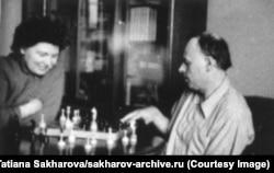 Сахаров играет в шахматы со своей первой женой Клавдией в 1960-е годы. Кроме потрясений на работе, ему пришлось пережить кончину супруги в 1969 году от онкологической болезни. «В нашей жизни были периоды счастья, иногда — целые годы, и я очень благодарен Клаве за них», — писал он после смерти жены.