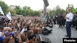Armenia - Former President Robert Kocharian addresses supporters demonstrating in Yerevan, May 9, 2021