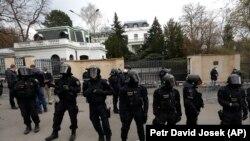 نمایی از ورودی سفارت روسیه در پراگ، پایتخت جمهوری چک، که نیروهای امنیتی آن را محاصره کردهاند.
