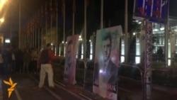 Измачкани со боја портретите на Груевски и Иванов