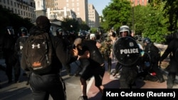 Policija rasteruje demonstrante u parku Lafajet u blizini Bele kuće u Vašingtonu