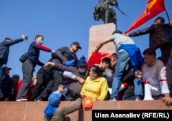 Susținători ai partidelor de opoziție protestează în Bișkek, pe 5 octombrie, la o zi după alegerile parlamentare. (Ulan Asanaliev, RFE/RL)