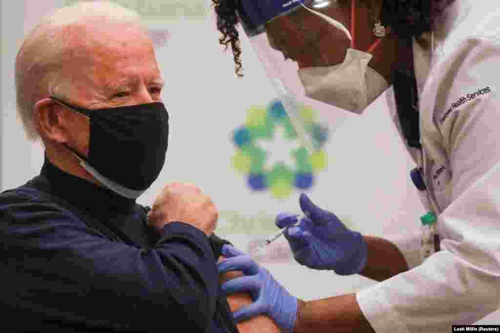 """АКШ президенти Жо Байден өткөн жылдын соңунда Pfizer компаниясы иштеп чыккан вакцина менен эмделген.""""Кимге эмдөө сунушталса, анда алар дагы менин артымдан келүүгө даяр болушу керек"""", - деген ал."""