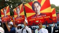 Одна из многих манифестаций в Мьянме в защиту Аун Сан Су Чжи, февраль 2021 года.