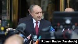 Президентът Румен Радев отказа да посочи имена от бъдещия служебен кабинет, но настоящият служебен премиер Стефан Янев каза, че очаква да запази поста си