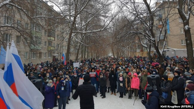 Pro-Navalny demonstrators march in Vologda on January 23.