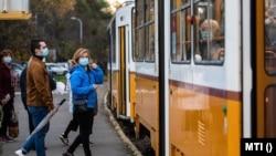 Utasok maszkban szállnak fel egy villamosra Budapesten 2020. október 31-én.
