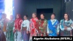 Мода көргөзмөсүнө катышкан аялдар. Бишкек. 2021-жыл, 1-апрель.