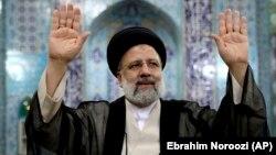 Ебрахим Раиси приветства медиите в залата, в която гласува. Техеран, 18 юни 2021 г.