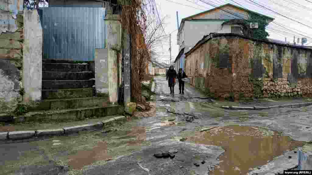 Перекресток с улицей Некрасова. После таяния снега образовалась лужа
