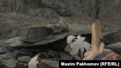 Каждый тагыл представляет одну из священных гор Алтая и сложен из камней с этой горы