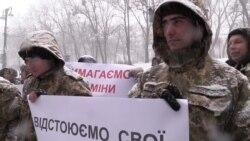 Ветерани війни на Донбасі вимагають землю під Кабміном (відео)