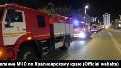 Пожарные автомобили на месте пожара в клинике Красноярска