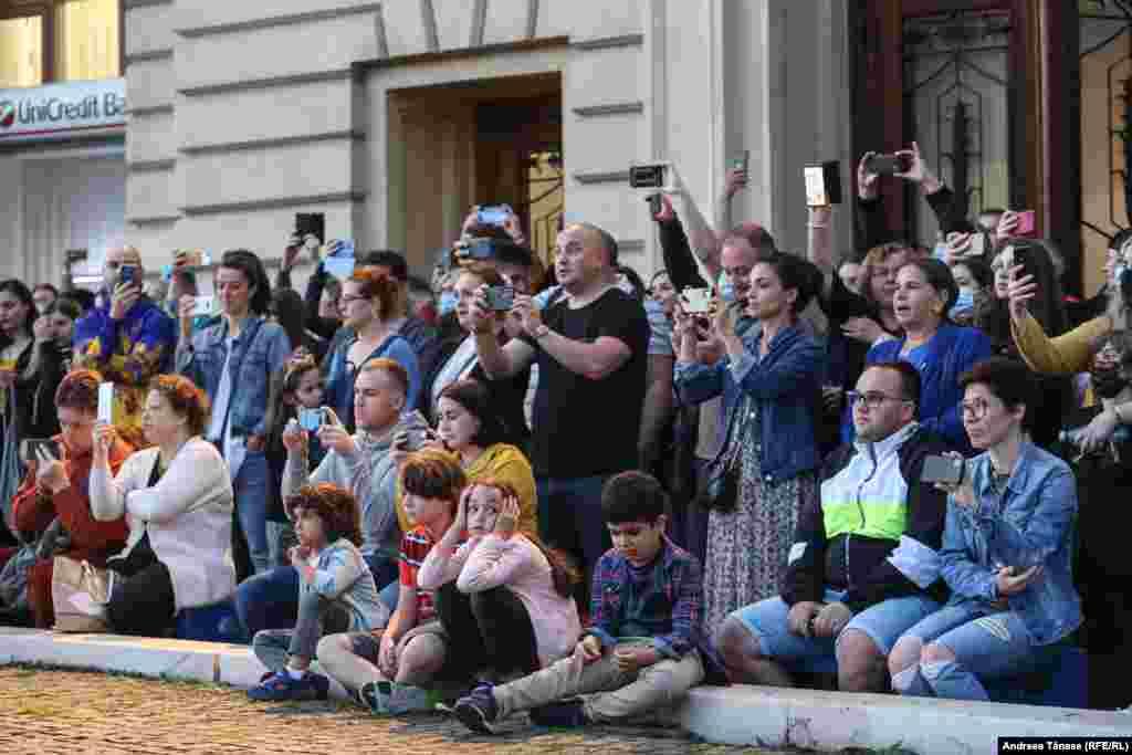"""Mai multe persoane urmăresc concertul susținut de Grupul psaltic TRONOS al Catedralei Patriarhale, în fața Bibliotecii Centrale Universitare """"Carol I""""."""