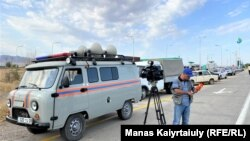 Жарылыс болған әскери бөлімге апаратын жолда полиция ешкімді өткізбей тұрған жерге келген телеоператор. Байзақ ауданы, Жамбыл облысы. 27 тамыз 2021 жыл.